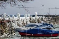 Le barche congelate hanno coperto di ghiaccio al lago di Costanza, Romanshorn, Svizzera fotografia stock libera da diritti