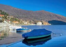 Le barche dei pescatori hanno attraccato nella baia fotografia stock