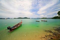 Le barche dei pesci si avvicinano alla baia di Panwa del capo immagine stock libera da diritti