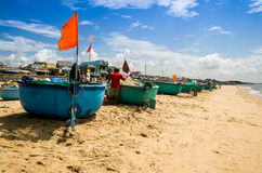 Le barche del canestro girano al minimo sulla spiaggia al villaggio di Phuoc Hai, la provincia di Ria Vung Tau di sedere, Vietnam Fotografia Stock