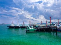 Le barche del rimorchiatore di fianco al pilastro immagine stock