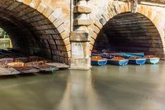 Le barche di legno classiche si sono messe in bacino sul fiume a Oxford - 5 Fotografie Stock