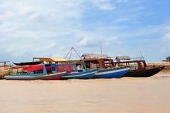 Le barche di legno lungo la banca di Tonle indeboliscono il lago Fotografia Stock