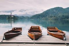 Le barche di legno tradizionali sul lago hanno sanguinato, la Slovenia Immagini Stock