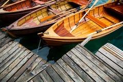 Le barche di legno tradizionali sul lago hanno sanguinato, la Slovenia Fotografia Stock