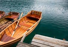 Le barche di legno tradizionali sul lago hanno sanguinato, la Slovenia Fotografie Stock