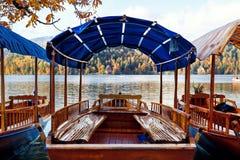 Le barche di legno tradizionali sul lago hanno sanguinato, la Slovenia Fotografia Stock Libera da Diritti