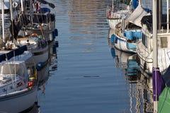 Le barche di navigazione hanno attraccato in porta Fotografie Stock