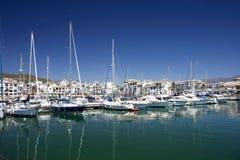 Le barche e gli yacht di lusso alti hanno attraccato nella porta di Duquesa in Spagna sopra Immagine Stock Libera da Diritti