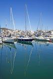 Le barche e gli yacht di lusso alti hanno attraccato nella porta di Duquesa in Spagna sopra Fotografia Stock Libera da Diritti