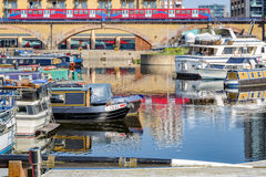 Le barche e gli yacht hanno attraccato al porticciolo del bacino di Limehouse fotografia stock