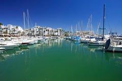Le barche e gli yacht hanno attraccato nella porta di Duquesa in Spagna sulla Costa de Fotografia Stock Libera da Diritti