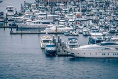 le barche e gli yacht privati sono attraccati nel porto ad Elliott Bay fotografia stock