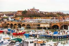 Le barche e le navi hanno attraccato in un piccolo porto, nella pietra del fondo Fotografie Stock