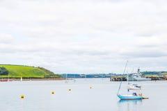 Le barche e le navi hanno attraccato in un piccolo porto, nel coasta del fondo immagini stock libere da diritti