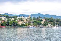 Le barche giranti con la gente si avvicinano al porto di Santa Margherita Ligure Fotografia Stock
