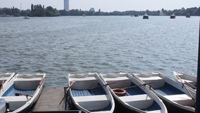Le barche hanno attraccato al puntello Fotografie Stock