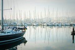Le barche hanno attraccato durante la nebbia densa nel porticciolo a Lagos, Algarve, Fotografie Stock