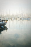 Le barche hanno attraccato durante la nebbia densa nel porticciolo a Lagos, Algarve, Fotografia Stock