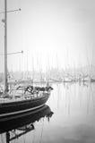 Le barche hanno attraccato durante la nebbia densa nel porticciolo a Lagos, Algarve, Fotografia Stock Libera da Diritti