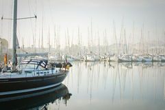 Le barche hanno attraccato durante la nebbia densa nel porticciolo a Newport, Oregon Fotografia Stock
