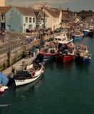 Le barche hanno attraccato lungo la parete del porto a Weymouth in Dorset Immagine Stock