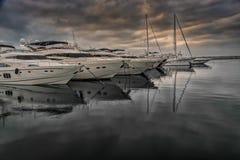 Le barche hanno attraccato in porto dovuto il rischio di tempesta Fotografia Stock