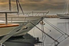 Le barche hanno attraccato in porto dovuto il rischio di tempesta Fotografia Stock Libera da Diritti
