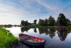 Le barche innaffiano e la riflessione Fotografia Stock