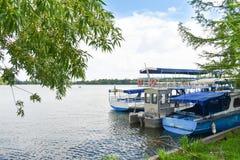 Le barche messe in bacino sul lago park di Herastrau stanno aspettando i turisti la vela fotografie stock