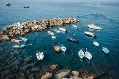 Le barche nel Riomaggiore abbaiano in parco nazionale Cinque Terre, Liguria, Italia fotografia stock libera da diritti