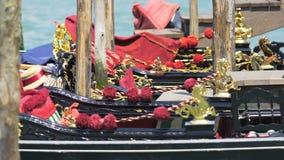 Le barche nere meravigliosamente ornate che ondeggiano sul turchese ondeggia, attrazione turistica stock footage