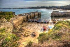 Le barche in Newquay harbour Cornovaglia del nord Inghilterra Regno Unito come una pittura in HDR Fotografia Stock Libera da Diritti