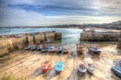 Le barche in Newquay harbour Cornovaglia del nord Inghilterra Regno Unito come una pittura in HDR Immagine Stock Libera da Diritti