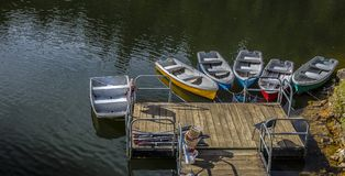 Le barche per i centri ricreativi parcheggiano le pietre bianche in Antioquia orientale immagine stock