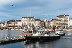 Le barche pilota hanno attraccato nel porto di Cherbourg, Francia fotografia stock libera da diritti