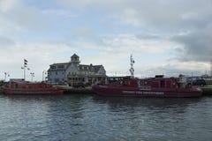 Le barche rosse del corpo dei vigili del fuoco di Chicago si sono messe in bacino nel porticciolo di lago Michigan fotografia stock
