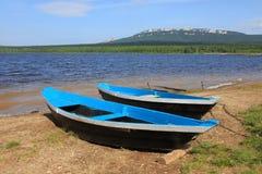 Le barche si avvicinano al lago Immagini Stock Libere da Diritti