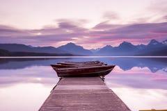 Le barche si siedono sul bacino nel lago McDonald Fotografie Stock Libere da Diritti