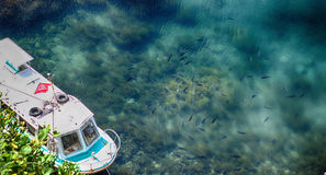 Le barche si sono messe in bacino al pilastro al porto marittimo nell'isola di Sado, Niigata Immagine Stock
