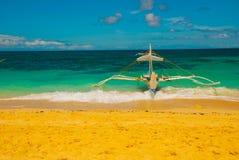 Le barche si sono messe in bacino sulla spiaggia di sabbia, Boracay, le Filippine Fotografie Stock Libere da Diritti