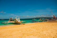Le barche si sono messe in bacino sulla spiaggia di sabbia, Boracay, le Filippine Immagini Stock