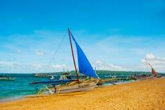 Le barche si sono messe in bacino sulla spiaggia di sabbia, isola di Boracay, le Filippine Immagini Stock