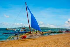 Le barche si sono messe in bacino sulla spiaggia di sabbia, isola di Boracay, le Filippine Fotografie Stock Libere da Diritti