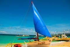 Le barche si sono messe in bacino sulla spiaggia di sabbia, isola di Boracay, le Filippine Fotografia Stock