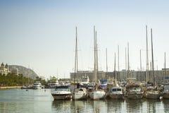 Le barche sta sul bacino al lungomare Alicante Fotografia Stock Libera da Diritti