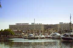 Le barche sta sul bacino al lungomare Alicante Immagini Stock Libere da Diritti