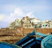 Le barche su un oceano costeggiano in Essaouira, Marocco immagini stock libere da diritti