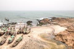 Le barche sulla costa di capo costeggiano, il Ghana Fotografie Stock Libere da Diritti
