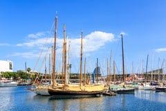 Le barche a vela e gli yacht si sono messi in bacino nel porticciolo di Vell del porto a Barcellona, Catalogna, Spagna Fotografia Stock